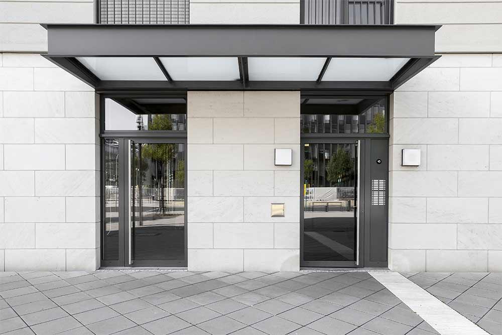 Hauseingang mit Glasvordach in München