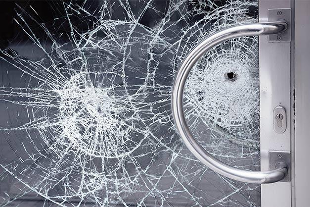 Glastür mit zersprungener Glasscheibe