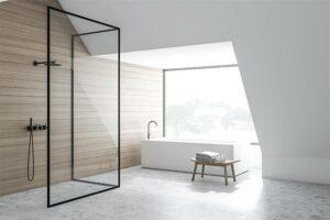 Badezimmer mit einer schwarzen Glasdusche und einer frei stehenden Badewanne in München