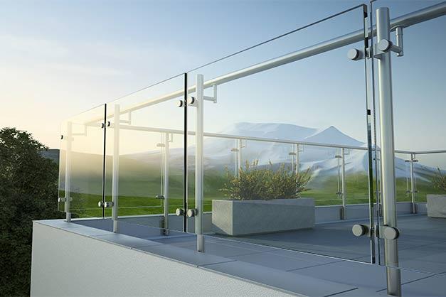 Modernes Glasgeländer auf einer Terrasse in München