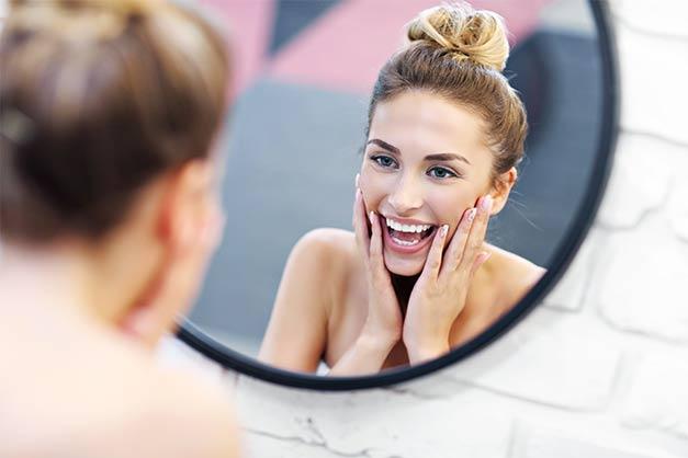 Frau vor maßgefertigten Spiegel in München